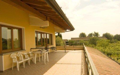 una terrazza con delle sedie