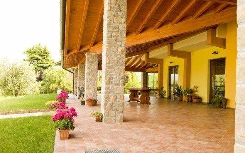 una veranda con il tetto in legno