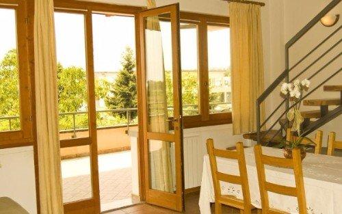 delle finestre e un tavolo in legno