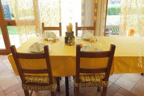 un tavolo apparecchiato e quattro sedie
