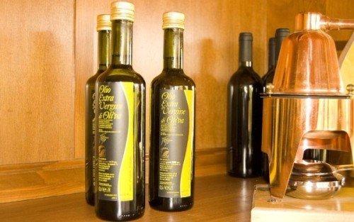 un mobile con delle bottiglie di olio d'oliva