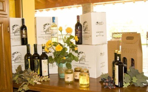 un mobile con delle bottiglie di vino e dei barattoli di miele
