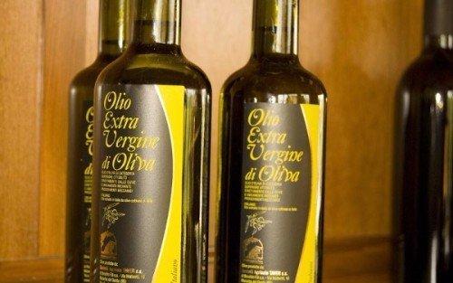delle bottiglie di olio d'oliva e dei barattoli di miele