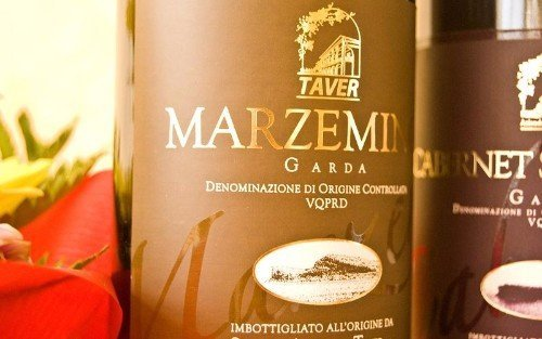 una bottiglia di vino Marzemino, Cabernet Sauvignon e rose'