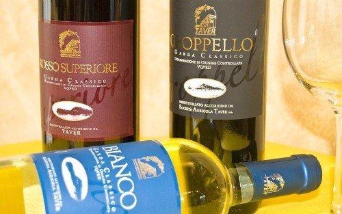 delle bottiglie di vino rosso Superiore, bianco e Groppello  Garda Classico