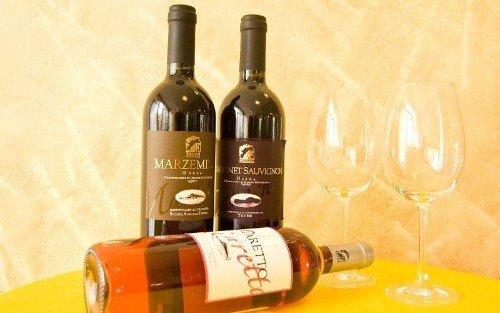 delle bottiglie di vino bianco, rosso e rose'