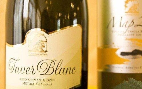 una bottiglia di Taver Blanc