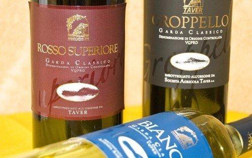 delle bottiglie di vino della marca Taver