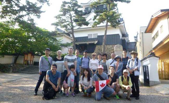 岡崎城をバックに記念撮影して解散