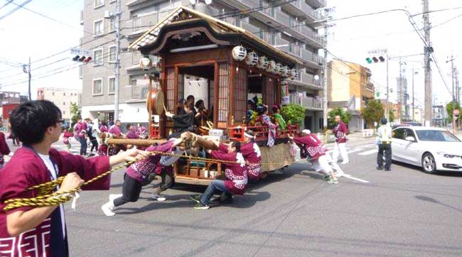 神社のお祭りパレード