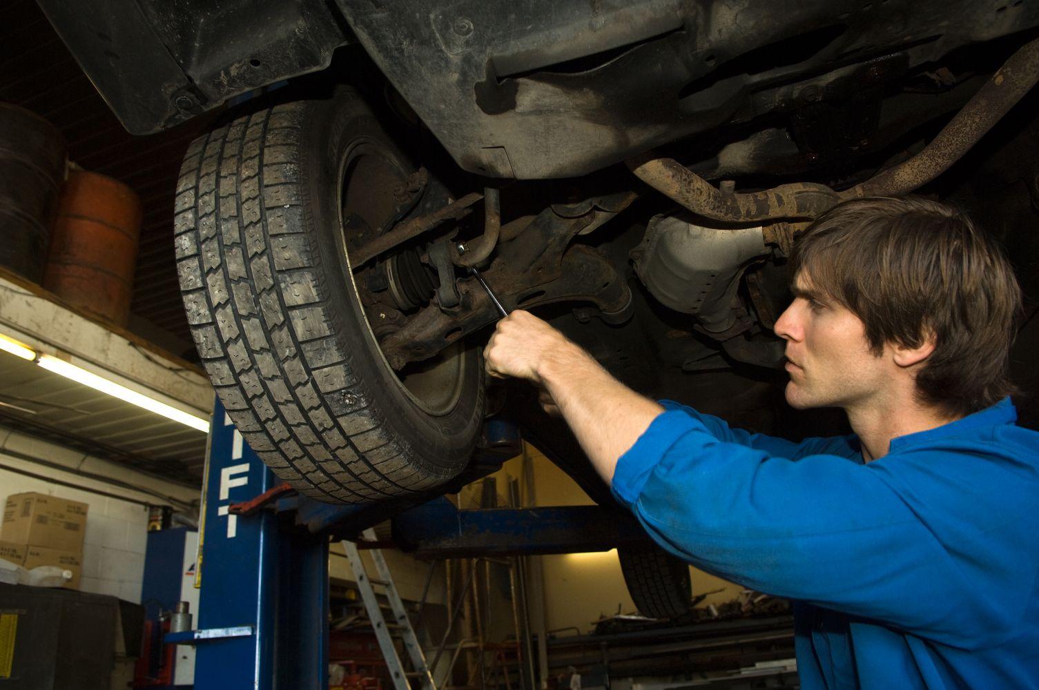 Mechanic providing auto maintenance service in Lincoln, NE