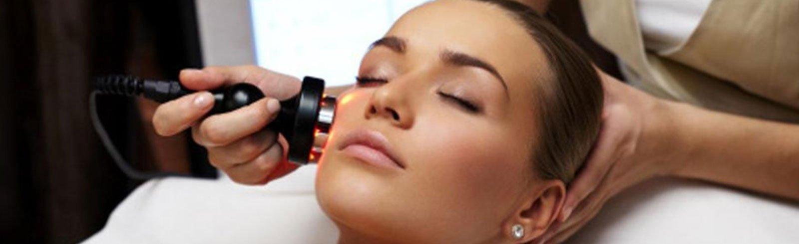 una donna che fa un trattamento al viso