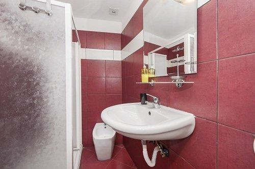lavabo in un bagno rosso