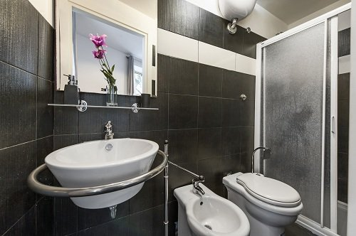 lavabo in un bagno grigio