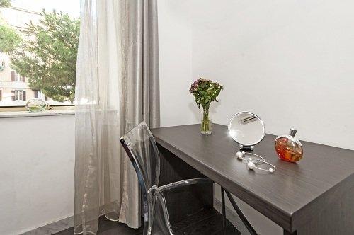 tavolo vicino la finestra
