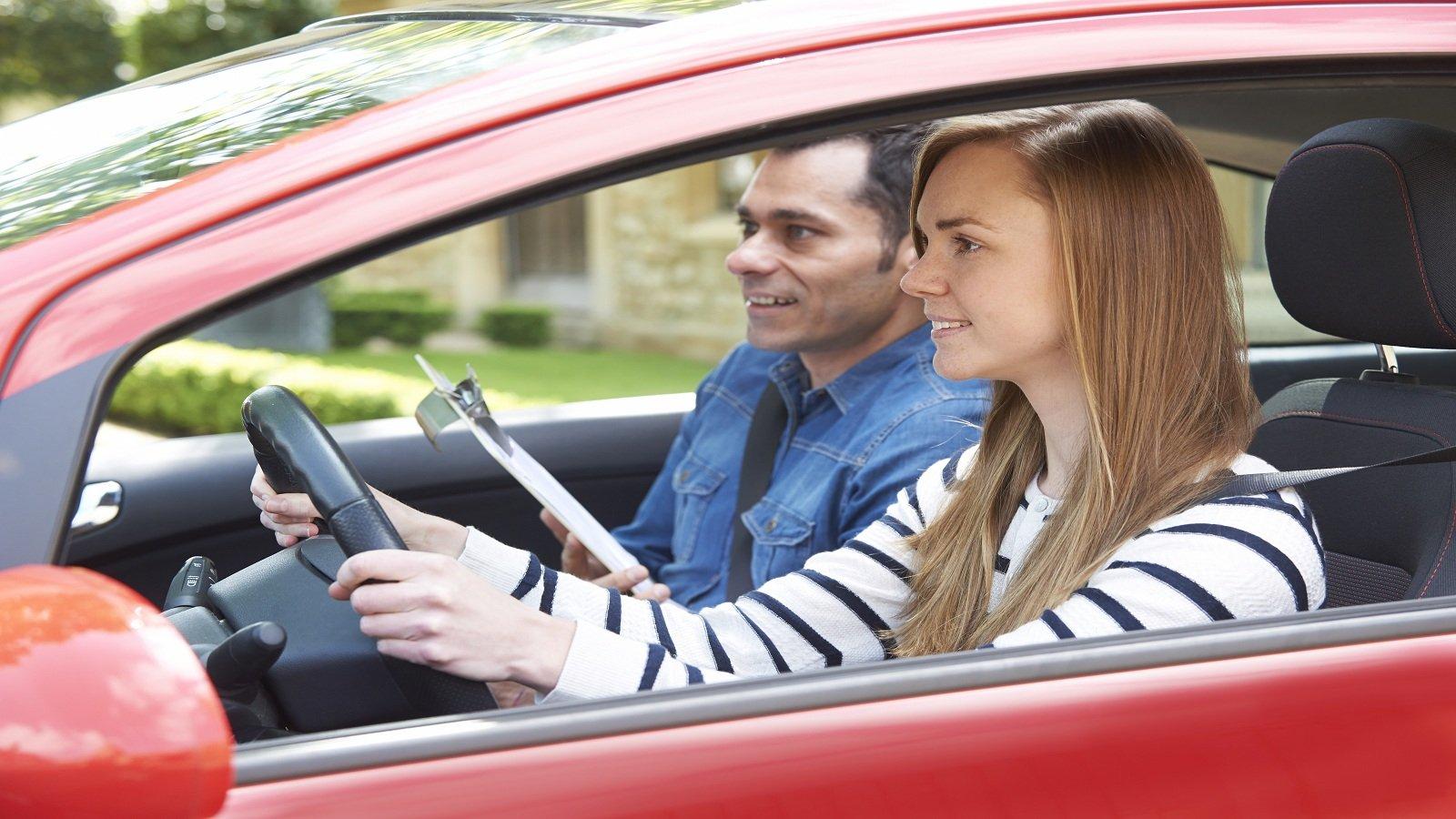 una ragazza e un signore con in mano un rilevo di scrittura in macchina