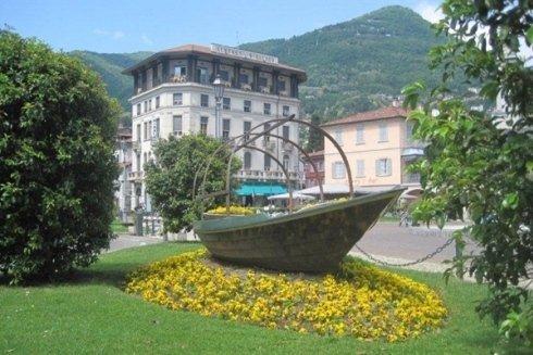 Monumento con barca