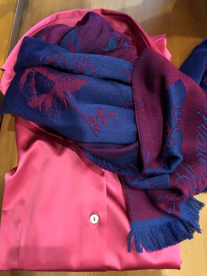 camicia rosa donna con sciarpa a fantasia blu e rosso ingram