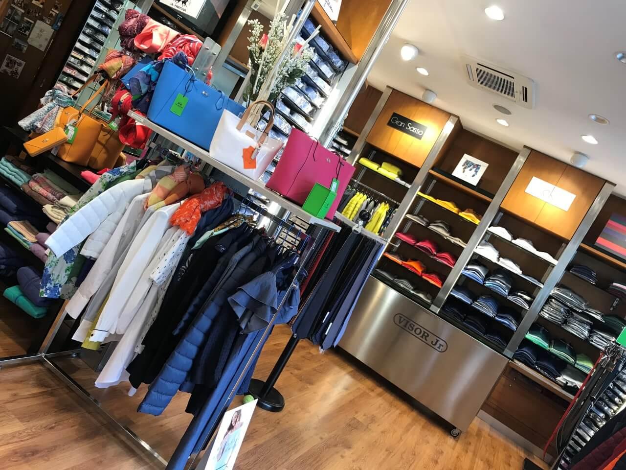 foto interno negozio d'abbigliamento