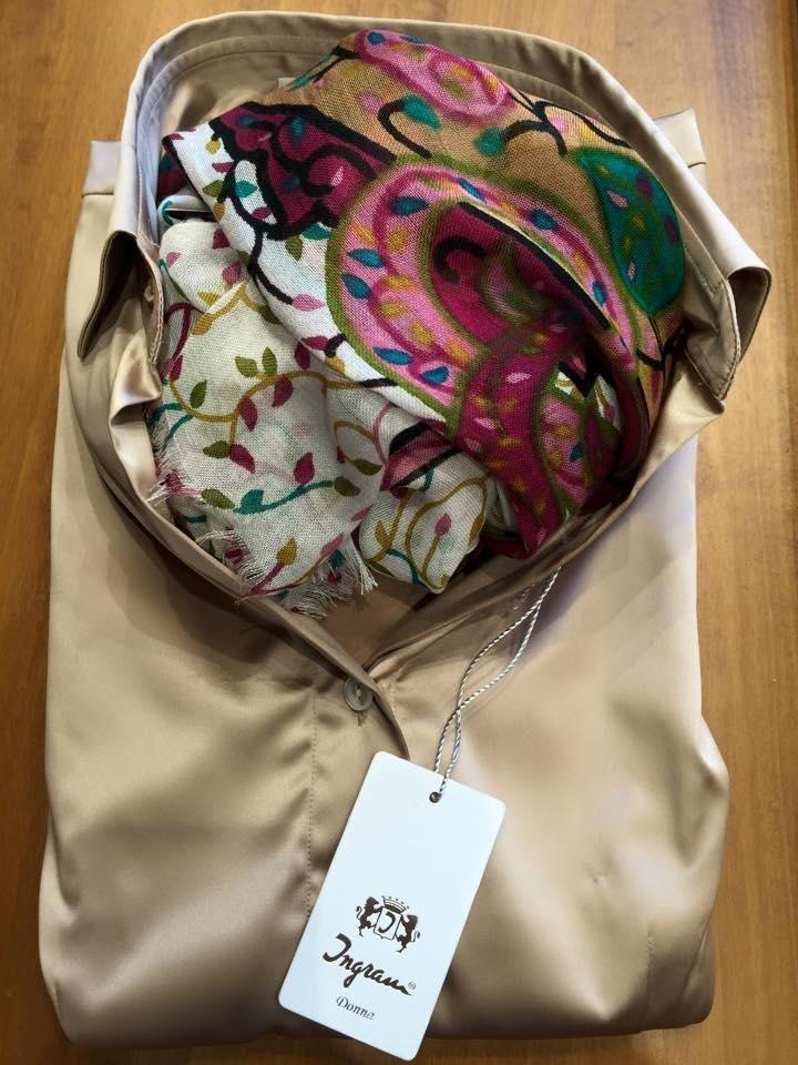 camicia beige e sciarpa ingram