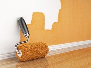 pennello da verniciatura appoggiato sul muro
