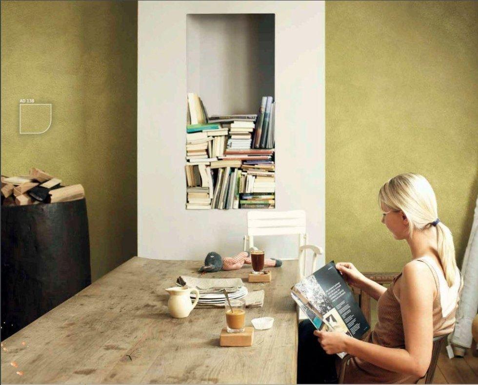 ragazza bionda che legge il giornale