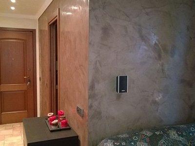 verniciatura di un muro di una camera da letto