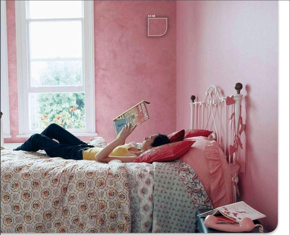 ragazza distesa sul letto che legge