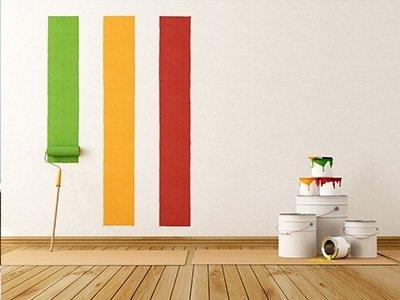 pennello che imbianca un muri di verde, giallo, rosso