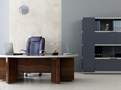 una scrivania in un ufficio
