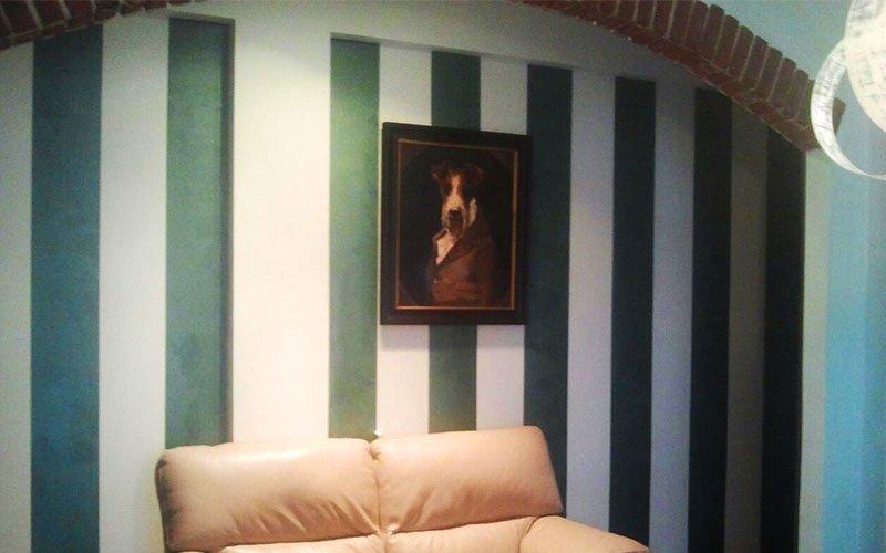 imbiancatura della parete di un salotto