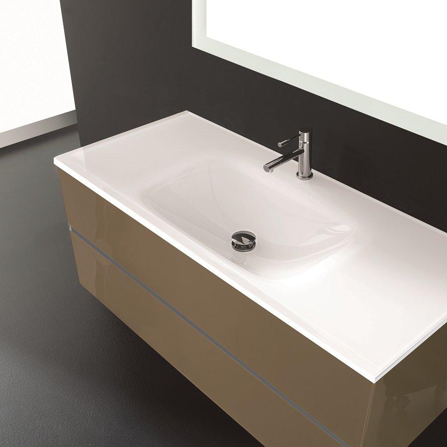 lavabo con specchio in un bagno moderno