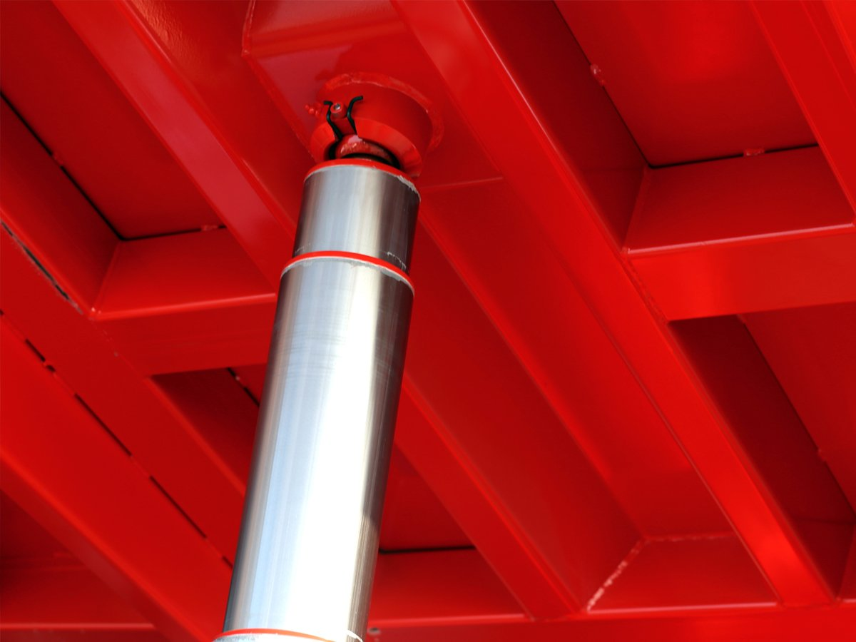 Hydraulic cylinder on commercial vehicle