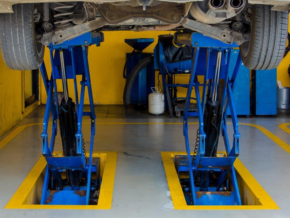 Blue sprayed hydraulic vehicle ramp