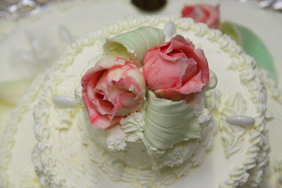 Primo piano delle rose della torta