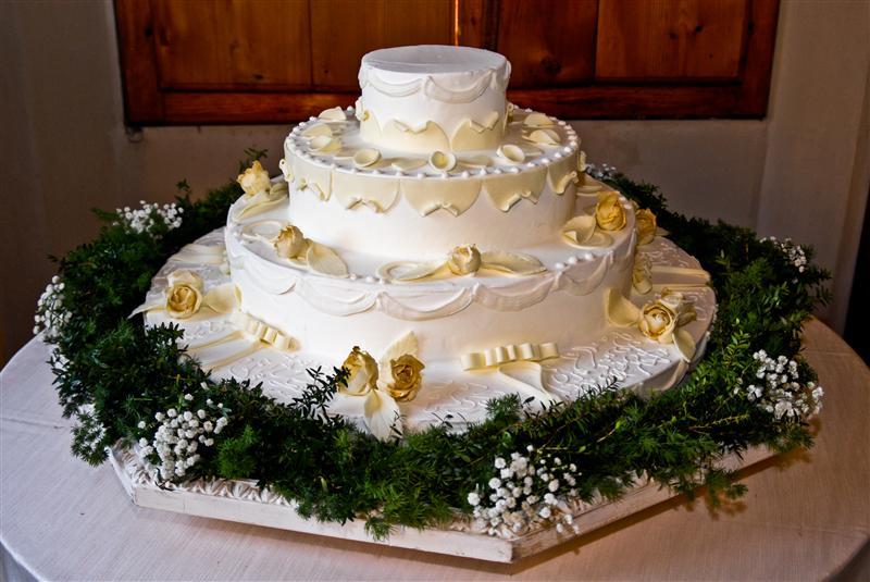 Torta di nozze con rose gialle