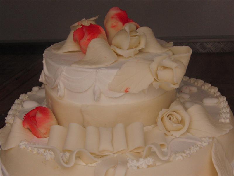 Torta di nozze con rose rosse e bianche