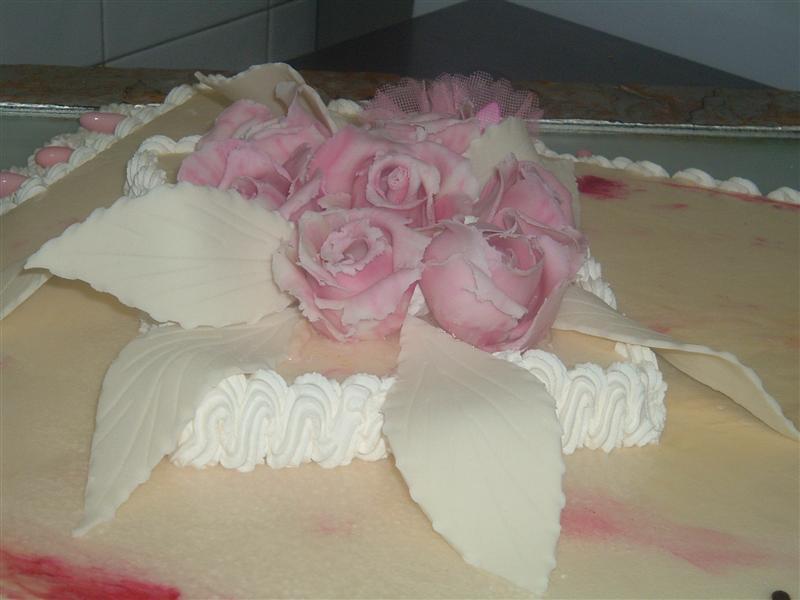 Torta di rose rose e foglie bianche