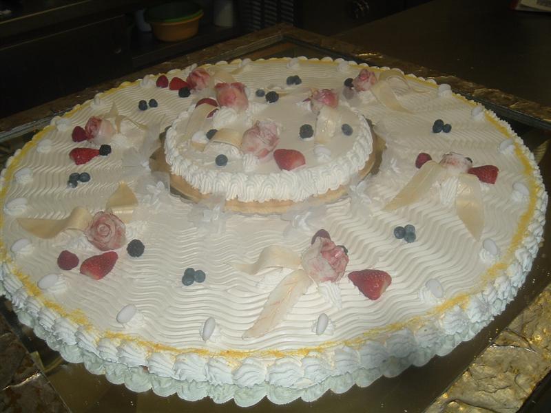 Torta de design con fragole e rosse