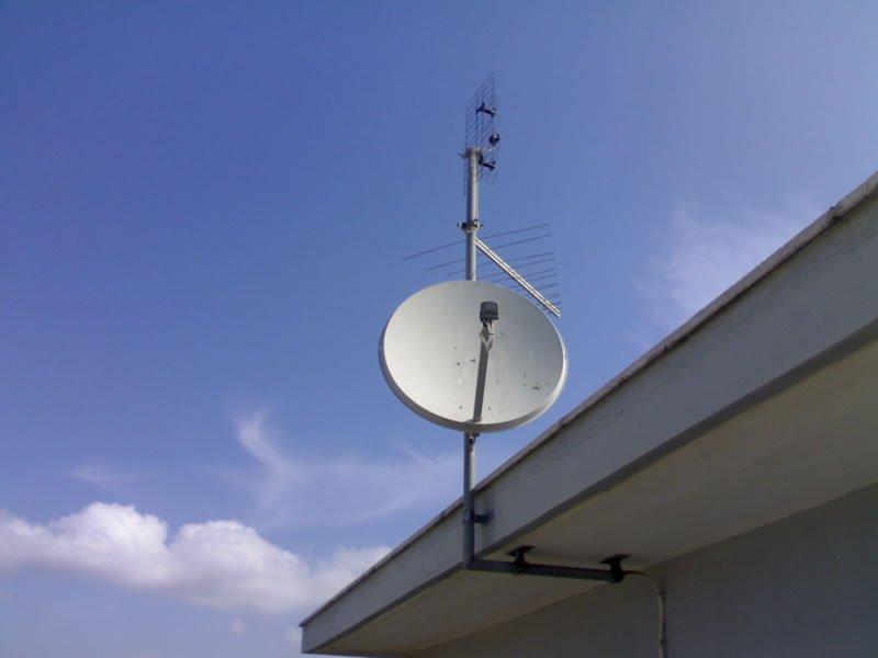 Un'antenna su un tetto