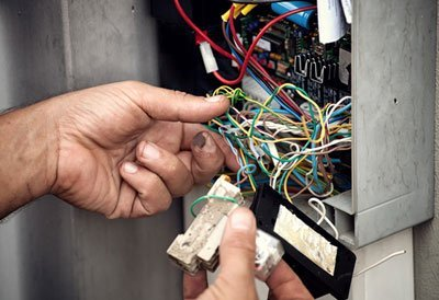 dettaglio di operaio che installa un impianto elettrico