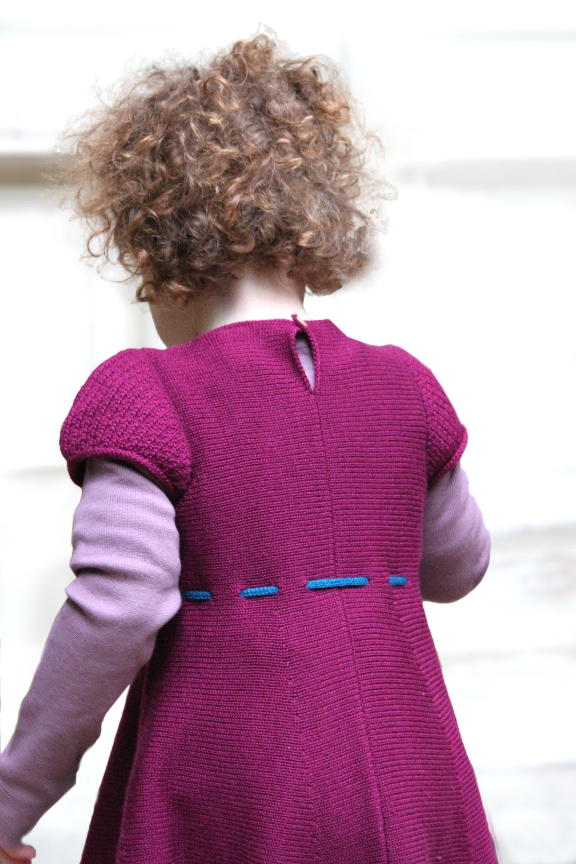 Beerenfarbenes Kinderstrickkleid mit Puffärmel, handgefertigt aus Merinowolle i