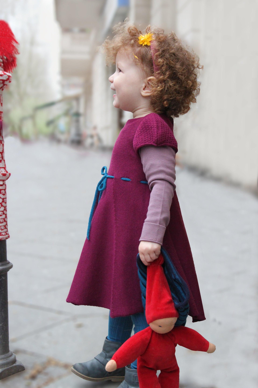 Kinderstrickkleid mit Puffärmel, handgefertigt aus Merinowolle