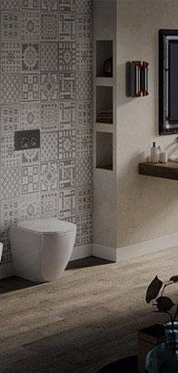 Bagno con pavimento in legno e piastrelle combinate in toni grigi e bianchi