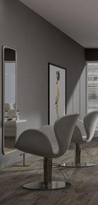 Sedie bianche sollevabili con originale progettazione sotto forma di petali di fiore
