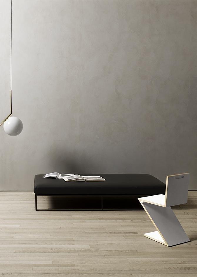 Stanza con pavimento in legno, divano,sedia di legno bianca in forma di raggio