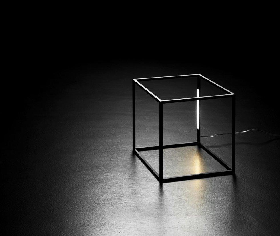 Lampadina di profilati metallici sotto forma di cubo geometrico