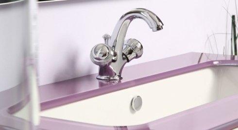 Lavabo lilla con rubinetto di acciaio di duplice comando
