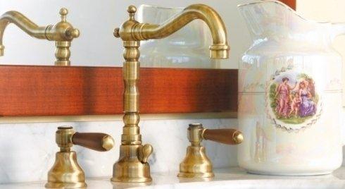 Doppio rubinetto di laton e legno