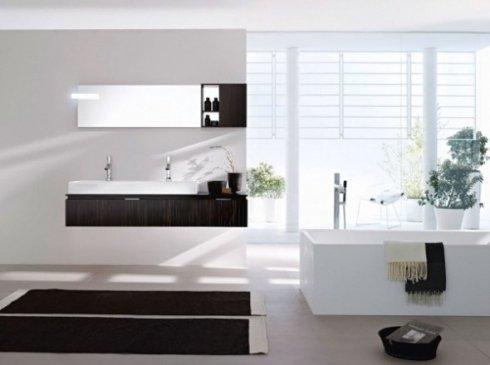 Bagno marrone e bianco con vasca e lavandino rettangolari